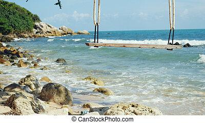 tropisk ö, strand, och, träd, swing., plaska, vågor, in, den, hav, hos, stenar, på, vacker, bakgrund, på, den, blå, sky., paradis, hos, koh samui