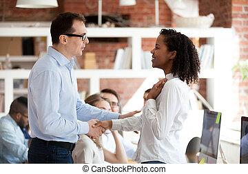 trots, opgewekte, uitvoerend, leider, belonen, concept, werknemer, afrikaan, team, handshaking