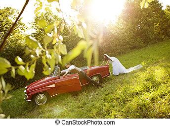 trouwfeest, auto, met, bruid en bruidegom