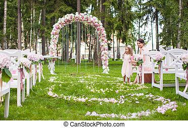trouwfeest, banken, met, gasten, en, bloem, boog, voor,...