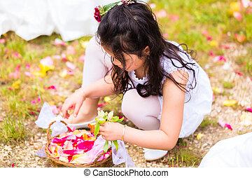 trouwfeest, bridesmaids, met, bloem kroonblad, mand