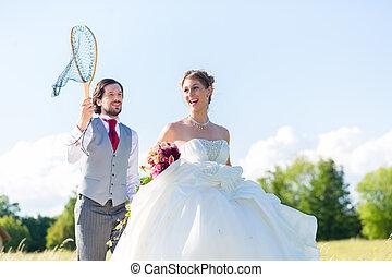 trouwfeest, bruidegom, pakkend, bruid, met, net