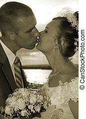 trouwfeest, kus, in, sepia, colorous