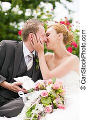trouwfeest, -, kussende , in park