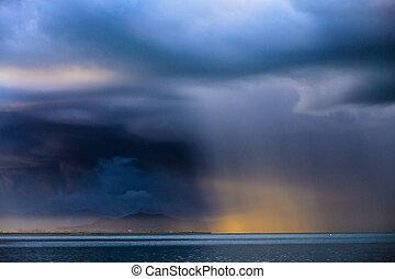 trueno, tormenta, con, lluvia, lit, por, el, sol