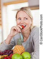 truskawka, kobieta jedzenie, do góry szczelnie