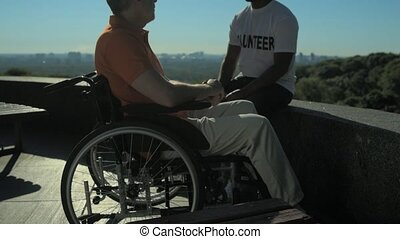 trusty, vrijwilliger, klesten, met, een, wheelchaired, man