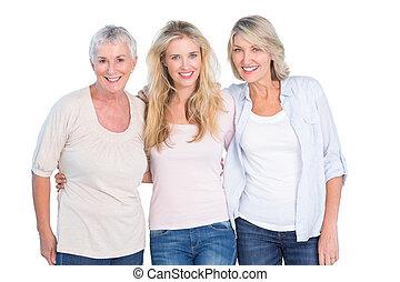 trzej generacje, od, kobiety, uśmiechanie się, na aparacie fotograficzny
