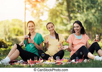trzy, brzemienne kobiety, pozować, w, niejaki, park, na, niejaki, piknik, kilim, i, cios, bańki