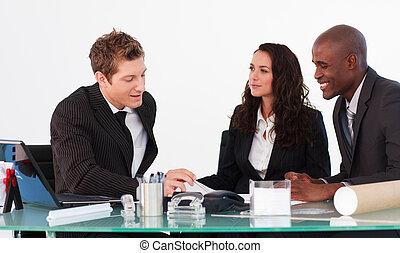 trzy, handlowy zaludniają, interacting, w, niejaki, spotkanie