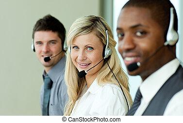 trzy, handlowy zaludniają, pracujący, z, słuchawki