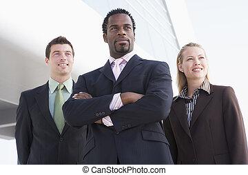 trzy, handlowy zaludniają, reputacja, outdoors, przez, gmach, uśmiechanie się