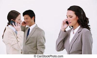 trzy, handlowy zaludniają, używając, cellphones