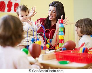 trzy, małe dziewczyny, i, samiczy nauczyciel, w, przedszkole