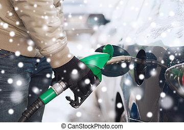 tubo, automobile, ugello, su, carburante, chiudere, uomo,...