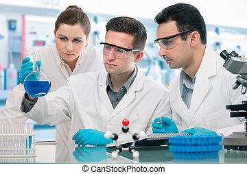 tudósok, kísérletezés, alatt, kutatólaboratórium