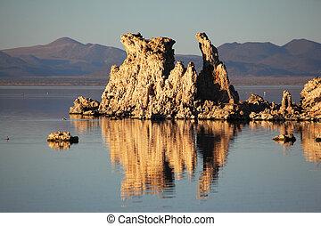 tufa, stalactites, are, reflété dans, lisser, eau