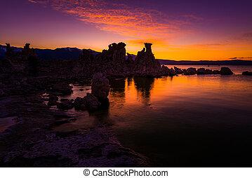 tufa torreggia, a, lago mono, contro, bello, cielo tramonto