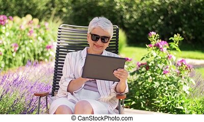 tuin, vrouw, zomer, senior, tablet pc, vrolijke