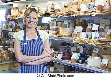 tulajdonos, közül, csemegeüzlet, álló, mellett, sajt,...