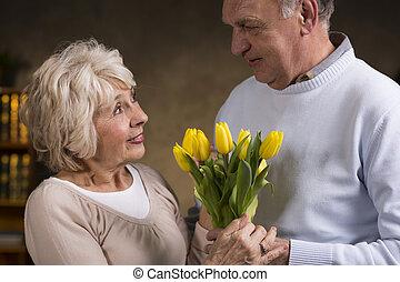 tulipanes, anciano, tenencia, gente