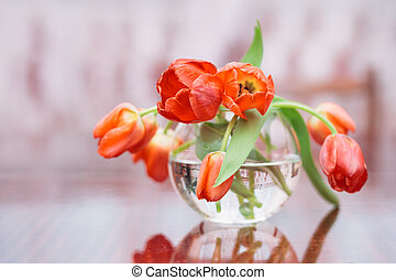tulipanes, en, florero de vidrio