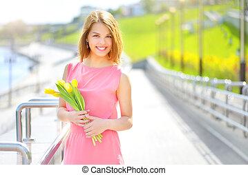 tulips, menina sorri, amarela