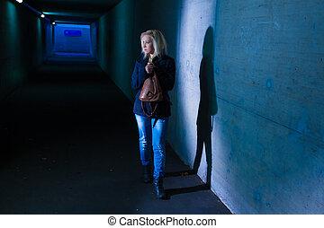 tunnel, femme, effrayé