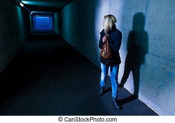 tunnel, frau, ängstlich