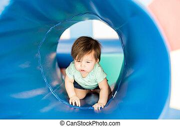 tunnel, mignon, girl, bébé, explorer
