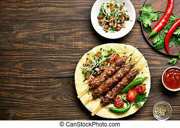 turco, adana, kebab, verduras frescas, flatbread