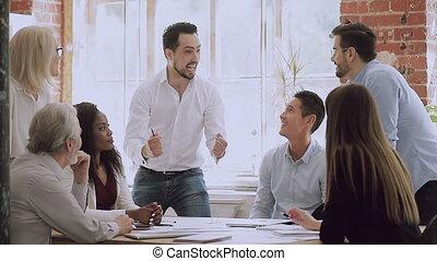turecki, mówienie, szczęśliwy, lider, nowość, młody, teammates., podniecony, wielki