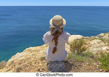 turist, avnjut, den, oceanen beskådar, från, a, klippa