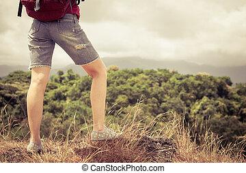 turista, com, mochila, relaxante, ligado, rocha, e,...