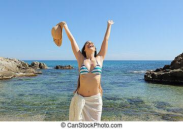 turista, férias, braços, celebrando, praia, levantamento, feliz