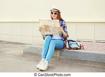 turista, mulher jovem, sightseeing, cidade, com, papel, mapa
