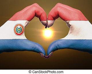 turista, perú, hecho, por, bandera de paraguay, coloreado, manos, actuación, símbolo, de, corazón, y, amor, durante, salida del sol