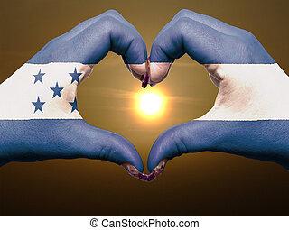 turista, perú, hecho, por, bandera honduras, coloreado, manos, actuación, símbolo, de, corazón, y, amor, durante, salida del sol