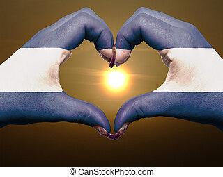 turista, perú, hecho, por, nicaragua bandera, coloreado, manos, actuación, símbolo, de, corazón, y, amor, durante, salida del sol