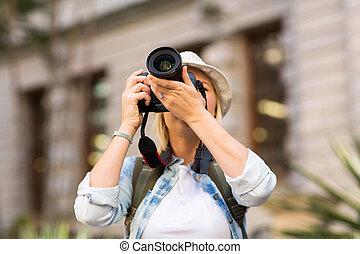 turista que toma foto, en, ciudad