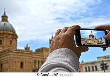 Cattedrale di Palermo - Sicilia - Turista scatta foto alla...