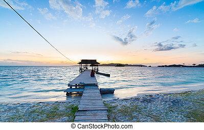turista, sentado, de madera, indonesia, embarcadero, salida ...