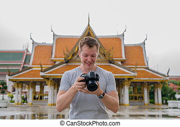 turista, verificar, budista, joven, contra, bangkok, hombre ...
