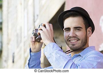 turista, viajero, cámara, vendimia, tomar fotografías, en la ciudad