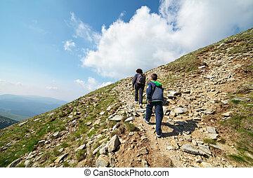 turistas, excursionismo, en, iezer, pico, en, parang, montañas, rumania