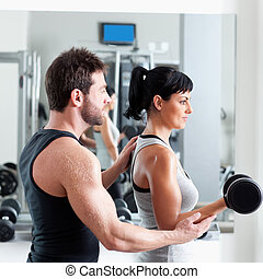 turnhalle, frau, persönlicher trainer, mit, gewichtstraining