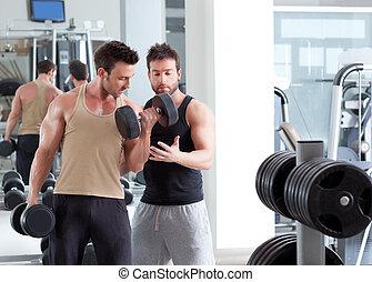 turnhalle, persönlicher trainer, mann, mit, gewichtstraining