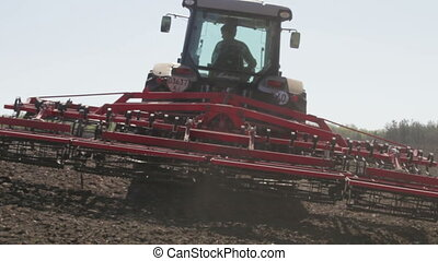 turns down the plow to plow - SMELA, CHERKASSKAYA/UKRAINE -...
