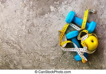 turquoise, dumbbells, à, mètre ruban, et, jaune, pomme, sur, béton, arrière-plan., gratuite, espace, pour, ton, text., sport, concept