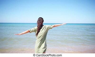 turquoise, jeune, ciel, amusement, femme, mer, exotique, avoir, beau, heureux, seashore., girl, eau, arrière-plan bleu